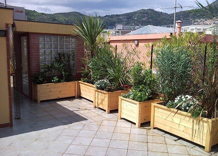 Fioriere in legno con varie piante