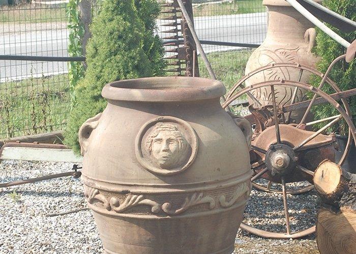 Dettaglio vaso in terra cotta con decorazioni