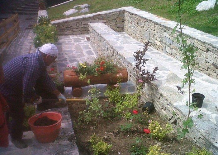 Giardiniere a lavoro