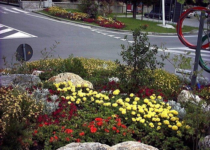 Angolazione dettagliata di decorazione floreale su rotatoria