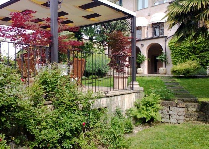 Dettaglio giardino privato con siepi