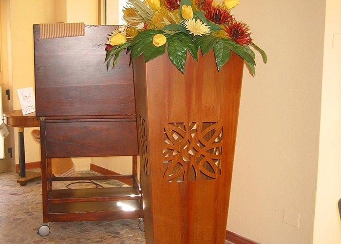 Vaso in legno con intarsi e piante
