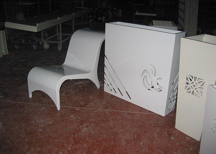 Sedia bianca e vaso