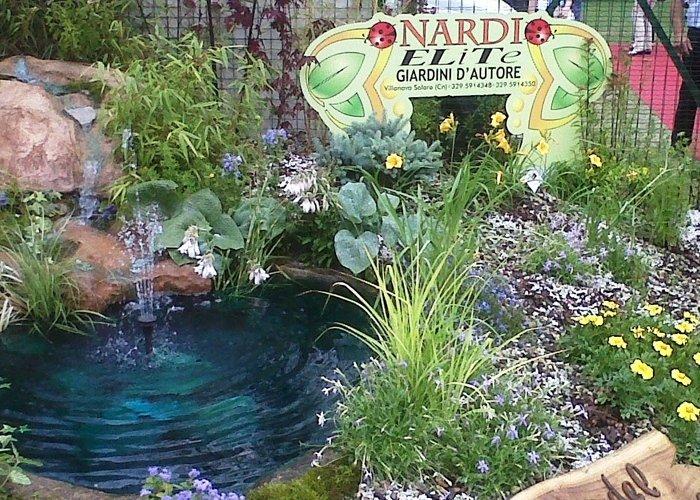 Giardino con cascata artificiale