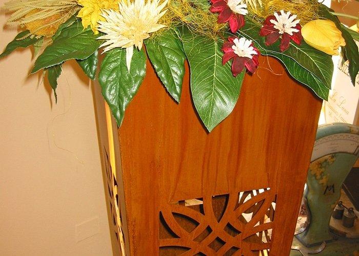 Dettaglio vaso in legno con intarsi e piante