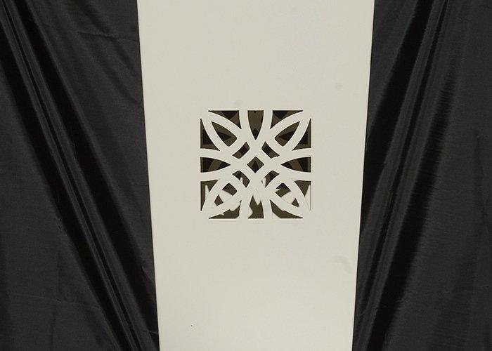Dettaglio vaso bianco con intarsi