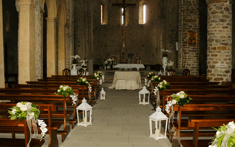chiesa addobbata