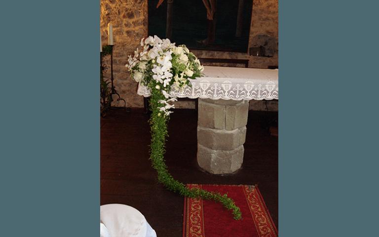fiori su altare