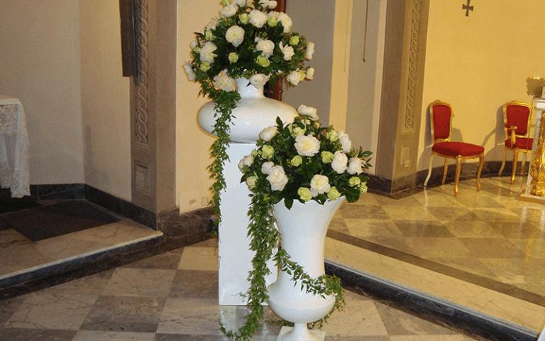 chiesa e fiori in vasi
