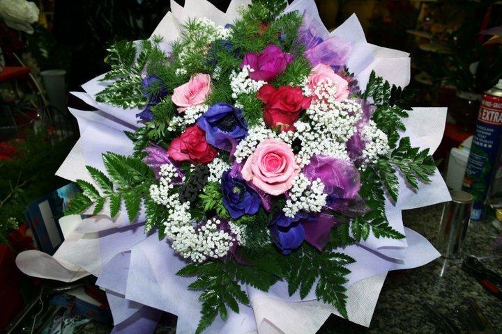 Bouquet nella gamma di rose con tocchi bianco
