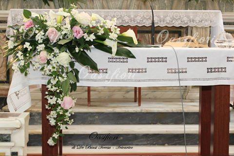 Composizione in rosa e bianco sull'altare con tocchi verdi