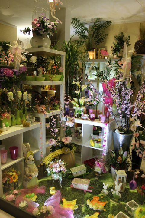 Interno della tenda piena di dettagli di Pasqua, conigli, candele e fiori in colori pastello
