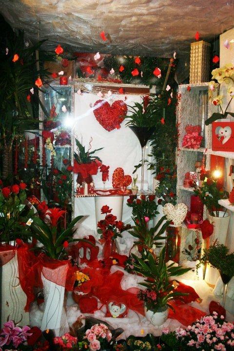 Il rincon del cuore,predomina il rosso sul bianco a fiori,vasi e dettagli