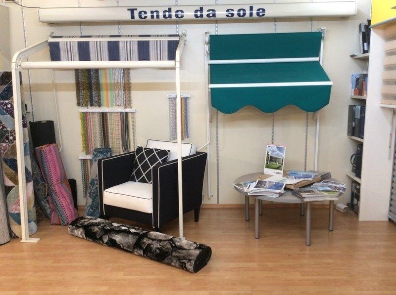 interno di negozio con esposizione di tende da sole