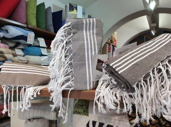 tappeti e cuscini di diverso materiale