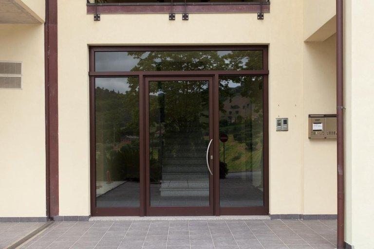portone in alluminio ingresso condominio