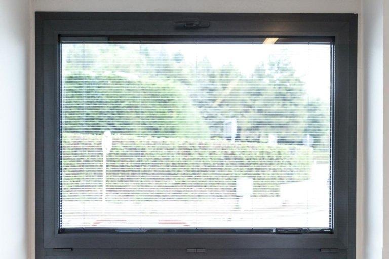 finestra in alluminio con veneziana incorporata nel vetro
