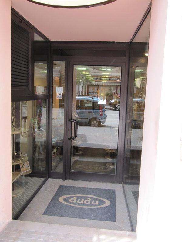 porta e vetrina in alluminio per esercizio commerciale