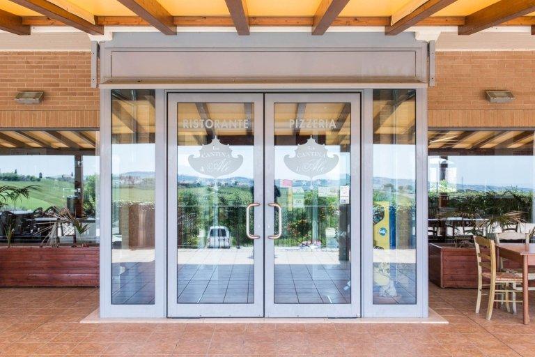 porte in alluminio ingresso ristorante