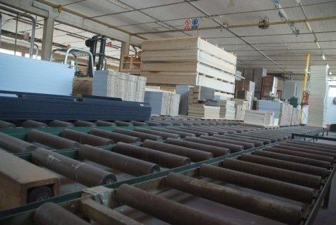 delle assi di legno e rulli di ferro in un magazzino
