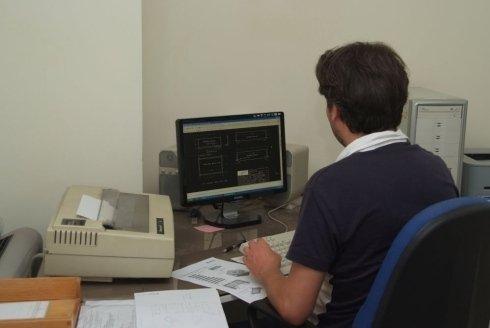 un uomo al computer