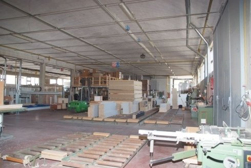 interno di un magazzino con dei legni