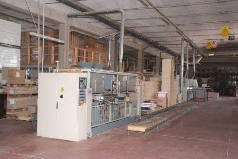 interno di un magazzino con vista dei macchinari