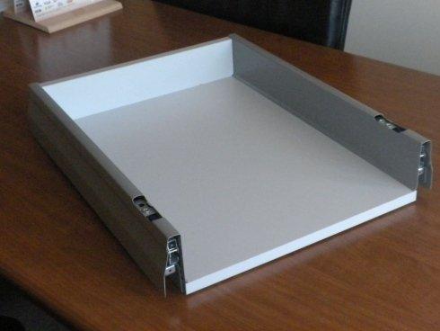 un cassetto di legno di color bianco con le cerniere