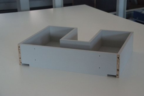 un cassetto in legno a forma di U