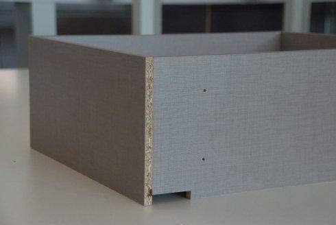 un cassetto in legno di color grigio