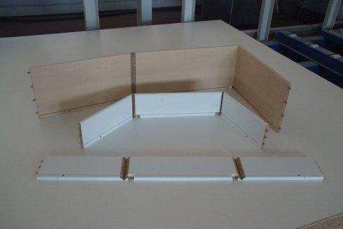 delle assi di legno truciolato appoggiate su un piano di lavoro