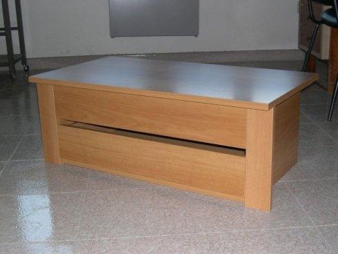 un tavolino in legno chiaro