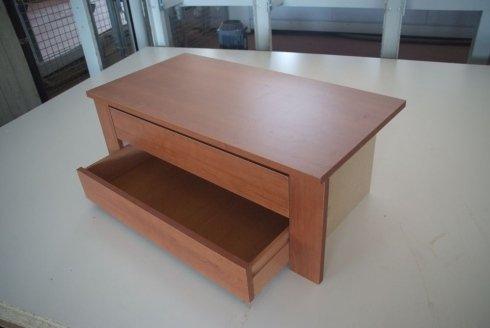 un tavolino con due cassetti