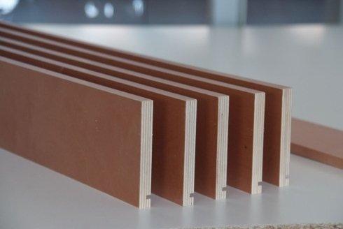 delle assi di legno con un incisione