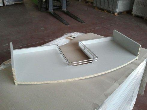 un cassetto di color bianco con dei bordi di metallo