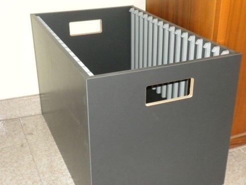 un cestino in legno di color grigio