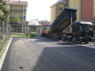 camion butta asfalto su strada
