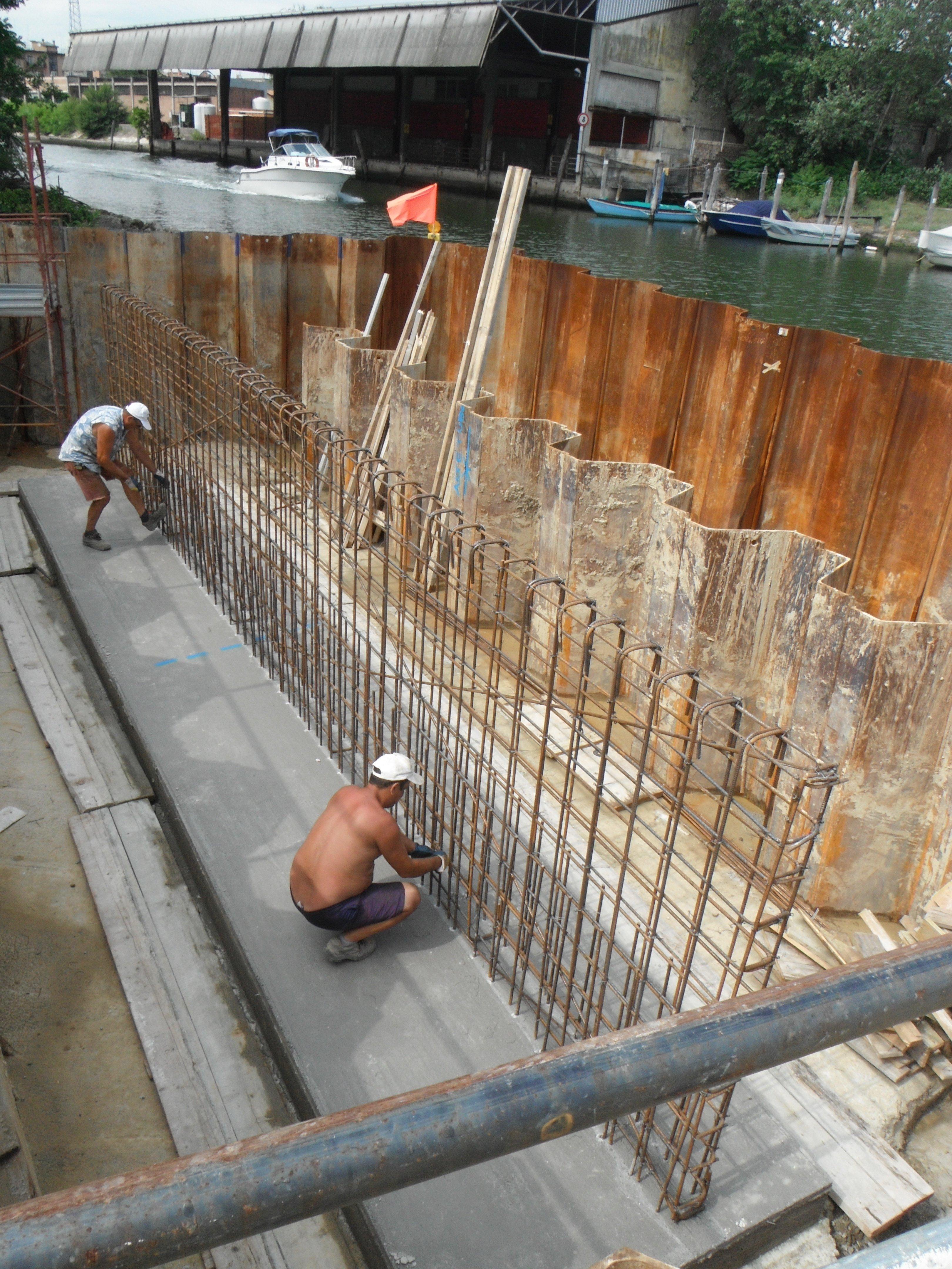 operai mentre lavorano un opera in calcestruzzo armato