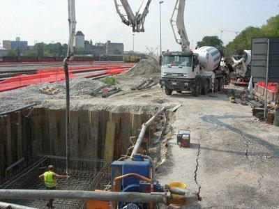 operai al lavoro per costruzione di fondamenta