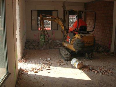 operaio guida una macchina per demolizione