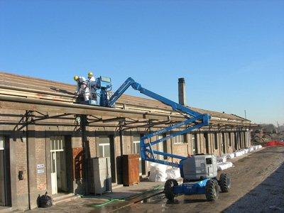 operai mentre lavorano su un tetto