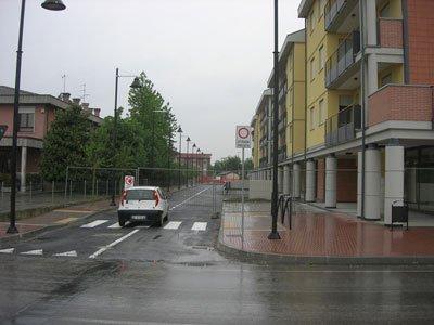 strada chiusa per lavori con macchina davanti al divieto