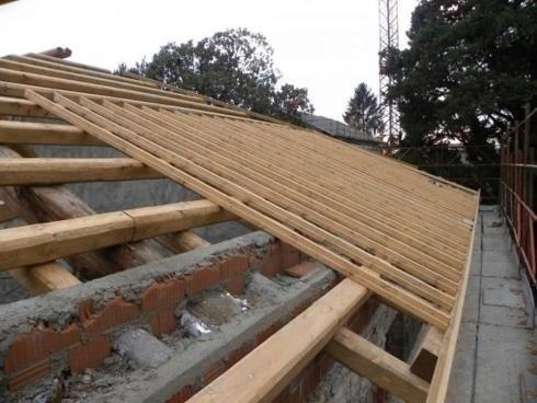 Travi di un tetto in costruzione