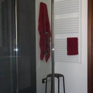 Cabina doccia e termosifone a muro