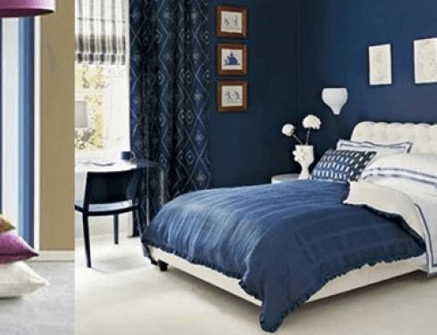 camera da letto matrimoniale con parete blu