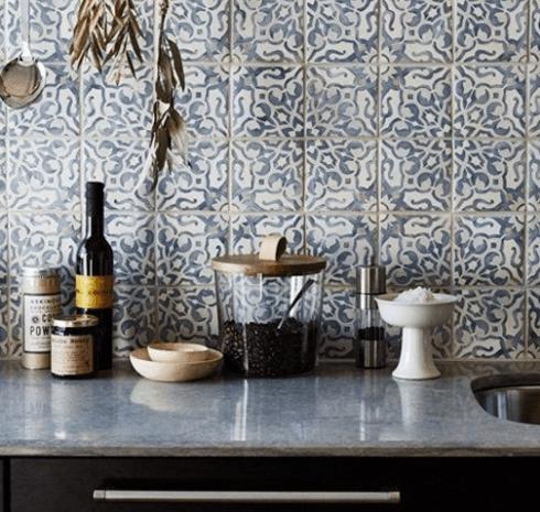 Dettaglio di parete decorata e ripiano in ceramica