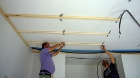 Muratori al lavoro su un soffitto