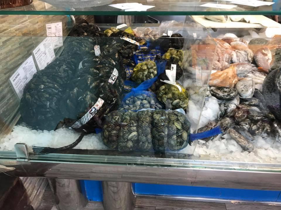 vongole,cozze e altri molluschi dentro a delle reti