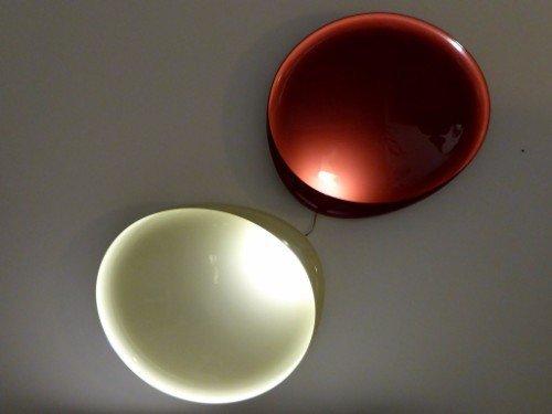 due plafoniere di color verde e rosso