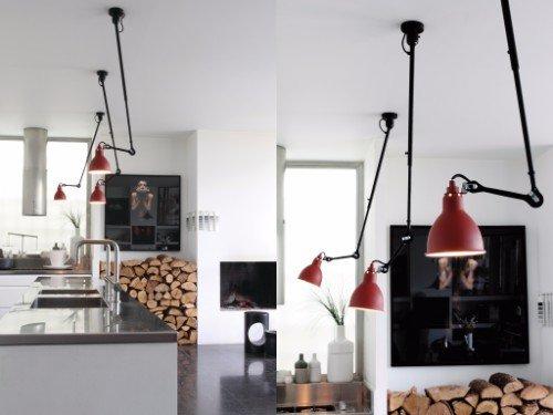 delle lampade rosse con il braccio attaccato al soffitto